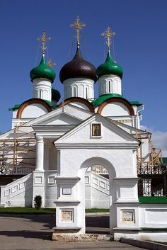 The Pechorsky Monastery of Nizhny Novgorod Sacred Architecture, Religious Architecture, Historical Architecture, Beautiful Architecture, Beautiful Buildings, Beautiful Places, Largest Countries, Countries Of The World, Nizhny Novgorod