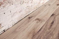 Interior design recupero parquet a tre strati in legno di rovere. le tavole di questa pavimentazione in legno hanno varie dimensioni e presentano i caratteristici nodi e venture del rovere. la finitura ossidata è stata SESTINI E CORTI