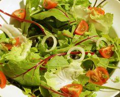 Salada forte, com radicci do mato, cebola tomate e chicória