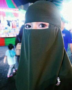 Hijab Niqab, Muslim Hijab, Beautiful Muslim Women, Beautiful Hijab, Beautiful Eyes, Arab Girls Hijab, Muslim Girls, Stylish Girls Photos, Stylish Girl Pic