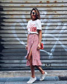 This skirt is the replacement of the wrap dress in 20 .- Cette jupe est le remplacement de la robe portefeuille en 2019 This skirt is the replacement of the wrap dress in - Look Fashion, Fashion Outfits, Womens Fashion, Fashion Trends, Fashion 2017, Retro Fashion, Trendy Fashion, Fashion Ideas, Spring Summer Fashion