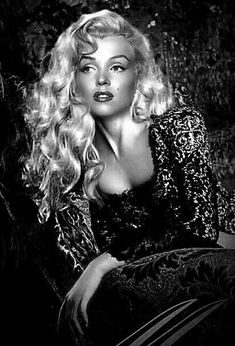 Marilyn Monroe…wow, I've never seen a photograph with her long hair. So pr… Marilyn Monroe…wow, I've never seen a photograph with her long hair. So pretty ! Vintage Hollywood, Hollywood Glamour, Hollywood Actresses, 40s Mode, Marilyn Monroe Fotos, Marilyn Monroe Makeup, Marilyn Monroe Artwork, Foto Picture, Foto Top