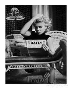 Marilyn Monroe lezend in de Motion Picture Daily, New York, ca.1955 Print van Ed Feingersh bij AllPosters.nl