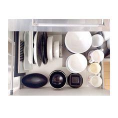 Instagram media by negimami06 - キッチンボード 食器の収納 カトラリー収納していた引き出しの下の段です。 ここには大きさの揃わない普段使いのお皿をディッシュラックに立てて収納。 大きさの揃うお茶碗などは種類別に重ねて収納してます。 右端にはトレーで仕切って子ども用のプラスチックコップをまとめてます。 ディッシュラックは必要なお皿がすぐに取り出せて便利です♪ #整理収納 #キッチン #negimamiinterior