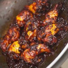 Mmmm! Deze kip is zó lekker, je likt er letterlijk je vingers bij af. De saus lijkt misschien aangebrand, maar dit is de karamelisatie van de bruine suiker en tomatenpuree. Ik vind deze kip echt een toppertje. Lekker zoet, plakkerig, mals.. Het maakt niet uit wat voor kip je gebruikt, maar ik geef de voorkeur aan tv-boutjes, vleugels of de 'spare ribs'. Serveer het met zelfgemaakte frieten of smashed potatoes als hoofdgerecht, of op een feestje als hapje. Vergeet dan niet servetjes uit te…