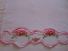 Bico de crochet com aplicações de flores