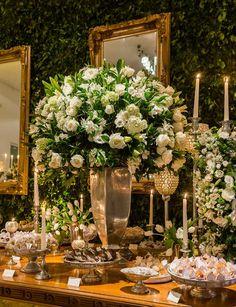 arranjos de casamento com flores brancas e verde e prataria madame fiori