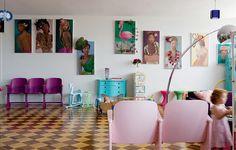 A artista plástica francesa Ludivine Duflos, conhecida como Lulu, mantém uma baguncinha organizada em casa. Na sua sala os móveis inusitados e coloridos, como este conjunto de cadeiras antigas, são maioria