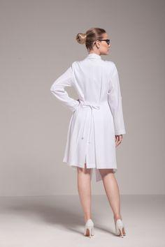 Jaleco Premium Amalia: Transpassado, elegante e com corte de alfaiataria. Amarração de corset, na parte de trás, afina a cintura e valoriza o corpo. Doctor White Coat, Doctor Coat, Scrubs Outfit, Dental Uniforms, Mode Mantel, Lab Coats, Apron Designs, Medical Scrubs, Fast Fashion