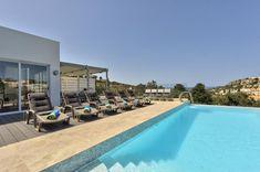 Piscine avec vue sur Ibiza... Réservez la villa Ghea sur Prestigious.fr