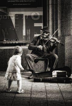 Impressionnant d'avoir saisi la posture et le sourire du musicien. :-)