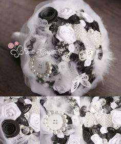 Bouquet sposa bianco e nero con bottoni, perle e piume. Wedding bouquet black and white with buttons, pearls, plumes. Scopri altri bouquet simili su www.trilliegingilli.com