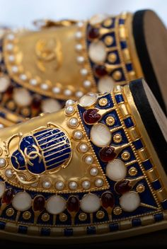 Le savoir-faire de la collection Métiers d'Art Paris-New-York 2018/19 - CHANEL Métiers d'art 2018-19 Paris-New York #ChanelMetiersdArt #CHANELinNewYork | Visit espritdegabrielle.com L'héritage de Coco Chanel #espritdegabrielle