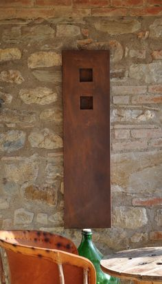 Il radiatore artigianale STELE, dal design esile e slanciato, ha una base che può essere anche di soli venti centimetri