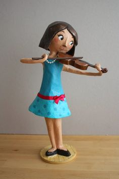 Amandadas: Violinista de papel maché para Andrea.                                                                                                                                                                                 Más