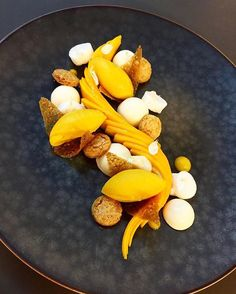 Here's an interesting use of fresh fruit on a plated dessert. Flavors of Mango & Jasmin by chef @bbrial