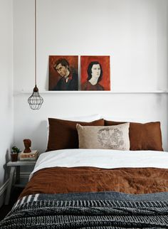 Plaids marron, bleu et blanc dans la chambre à coucher