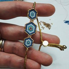 This Pin was discovered by Sür Brick Stitch Earrings, Bead Loom Bracelets, Bijoux Diy, Beads And Wire, Bracelet Patterns, Diy Fashion Projects, Bead Art, Bead Weaving, Handcrafted Jewelry