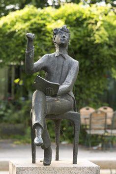 #Eutin Der junge Poet ist offenbar vollkommen in seinem Element. Lebhaft gestikulierend sitzt er auf seinem kleinen Hocker, die Beine entspannt übereinander geschlagen, den Oberkörper zurück gelehnt. In d...