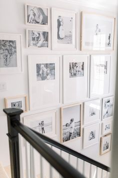 31 Hottest Wall Gallery Design Ideas For Perfect Wall Decor Family Pictures On Wall, Family Picture Frames, Picture Wall, Pictures On Stairs, Hanging Family Photos, Framed Pictures, Wall Photos, Gallery Wall Staircase, Staircase Design