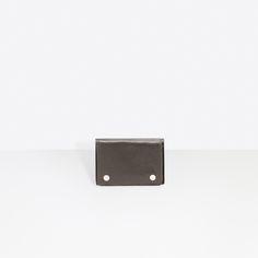 バレンシアガ (Balenciaga) のメンズ Mini Wallets コレクション一覧ページ。バレンシアガ公式オンラインストア。 Card Case, Balenciaga, Wallet, Mini, Cards, Maps, Playing Cards, Purses, Diy Wallet