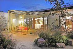 Moderne Terrasse, die auch etwas Wetterschutz bietet von Juan Carlos Loyo Arquitectura.