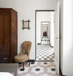 Italian Interior Design Ideas Enriching Old Home Redesign with Floor Tiles and Vintage Decor Italian Interior Design, Home Interior, Interior And Exterior, Floor Patterns, Tile Patterns, Floor Design, House Design, Hexagon Tiles, Hex Tile