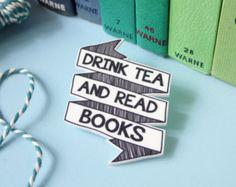 Drink Tea and Read Books Statement Brooch Typographic Literary Jewellery #Brosche #lesen #Literatur #Bücher #booknerd #Bücherliebe #Schmuck