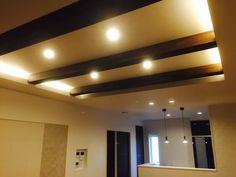 間接照明 折り上げ天井 見せ梁 Indirect Lighting, Home Studio, Track Lighting, Ceiling Lights, Mirror, Room, Furniture, Clinic, Home Decor
