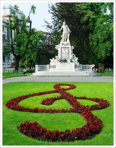 Mozart, monumento en Viena, AUSTRIA.