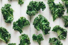 Kale - wendelfoto matfoto grønnkålchips Kale, Broccoli, Herbs, Vegetables, Photography, Food, Collard Greens, Photograph, Vegetable Recipes