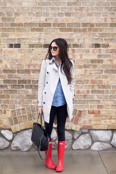 love this whole outfit, including the pop of color with the red hunter boots! Red Hunter Rain Boots, Hunter Boots Outfit, Outfits With Rain Boots, Hunter Wellies, Fall Winter Outfits, Spring Outfits, Autumn Winter Fashion, Fall Fashion, Street Fashion