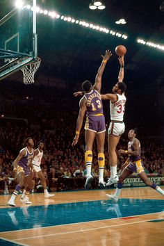 Kareem Abdul Jabbar of the Milwaukee Bucks shoots a hookshot against Wilt Chamberlain of the Los Angeles Lakers during an NBA game in 1970 in Milwaukee, Wisconsin. Basketball Pictures, Sports Pictures, Sports Images, Nba Stars, Sports Stars, Nba Players, Basketball Players, Michael Jordan, Dodgers