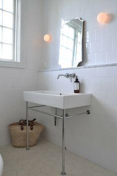 Floor hexagon tiles. Clean simple bathroom design. Foto: Mary made this.