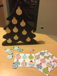LOTTO SPEL: Magnetische kerstboom (houten kerstboom action geverfd met magneetverf) + kerstballen met verschillende patronen en magneetstrip aan om aan de kerstboom te hangen (kan ook voor bv. memory gebruikt worden)