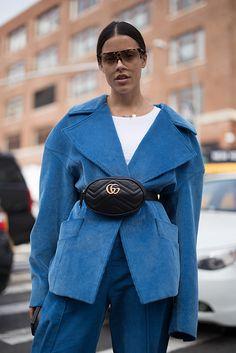 Желтая обувь, оранжевые и прозрачные вещи, костюмы с принтами — основные тренды из хроник стритстайла в последние дни Нью-Йоркской недели моды.