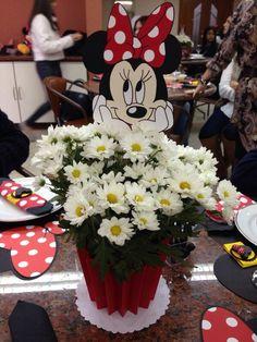 Centro de mesa Minnie Minnie Mouse Decorations, Minnie Mouse Theme Party, Minnie Mouse First Birthday, Mickey Party, Mouse Parties, Birthday Party Decorations, Minnie Mouse Roja, Basket Flower Arrangements, Daisy Party