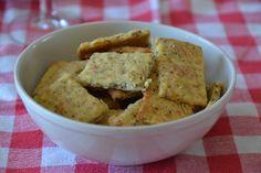 Pour une trentaine de biscuits : - 125 g de comté râpé - 110 g de beurre mou - 1 jaune d'œuf - 3 cas de moutarde à l'ancienne - 150 g de farine - 1 càc de sucre - 1/2 càc de sel 1. Dans un saladier, mélanger le beurre avec le comté râpé, le jaune d'œuf...