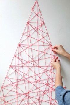 Un árbol de hilitos ideal para colgar tarjetas o fotitos. | 18 Ideas súper sencillas para que tengas el mejor arbolito de navidad