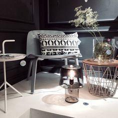 """Otos Design Boulevardin """"harmaassa nurkka""""  #designboulevard #dlmpöytä @saanajaolli #saanajaollityyny #yömetsässätyyny #visulounge #visutuoli #cosyingrey #muutovalaisin #harrikoskinen @muutodesign @haydesign #wirekori #koripöytä #fourva"""