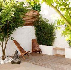kleiner-Innenhof-einrichten-Ideen-Bäume-niedrig-Pflanztöpfe-Buddha-Figuren-Sandkasten-Kinder-Spielplatz