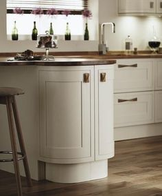 Floor Mounted Curved Wall Units with Oak Twist Knob Handle New Kitchen, Kitchen Ideas, Curve Design, Kitchen Collection, Beautiful Kitchens, Wall Units, Flooring, Cabinet, Knob