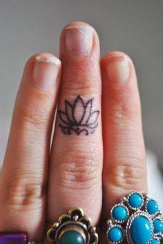 Tatuagem de Flor de Lotus   Minimalista no Dedo