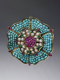 Brooch in the form of a Tudor rose, gold, pavé-set with turquoises, rubies, emeralds and pearls, probably made in England, 1830-40