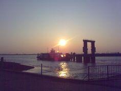 Fotografando com um celular por Lorena Bärschneider    A foto do sol amanhecendo na Balsa entre Nordenham e Bremerhaven foi feita com um Nokia E75. Em ambas não foi usado NENHUM artifício, filtros e etc do tipo Instagram não!