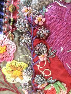 Flores y frutos. Crazy Quilt. Detalle. Bordado a mano por Carolina Gana. Taller de Bordado Rococó. Santiago de Chile.