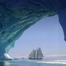19 décembre 2013 A yacht sailing through an iceberg arch in Greenland. Bing Wallpaper, Ocean Wallpaper, Wallpaper Gallery, Computer Wallpaper, Wallpaper Desktop, Wallpaper Downloads, Bing Backgrounds, Wallpaper Backgrounds, Phone Backgrounds