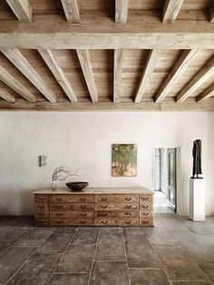 Elegantly simple, rustic beams and tile flooring by Axel Vervoordt . Ceiling Decor, Ceiling Beams, Beam Ceilings, Ceiling Panels, Ceiling Lighting, Ceiling Tiles, Diy Rustic Decor, Rustic Design, Wooden Ceilings