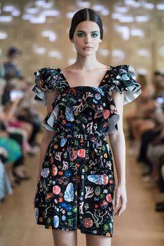 IVANA HELSINKI fête ses 20 ans lors de la Paris Haute Couture Fashion Week Style Couture, Haute Couture Fashion, Helsinki, Fashion Week, Shoulder Dress, Paris, Dresses, Lush, Fashion Ideas