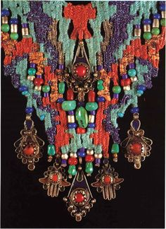 140. Le Grande Kahyle (Detail). This necklace tapers to a V-shape and a pendant and more beads could be added at the center of the V. Photo 1 on page iv shows the complete necklace. Necklace by Helen Banes.